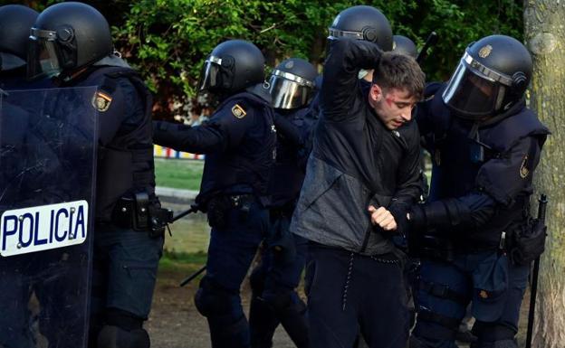 La Policía detiene a una de las personas implicadas en los altercados.