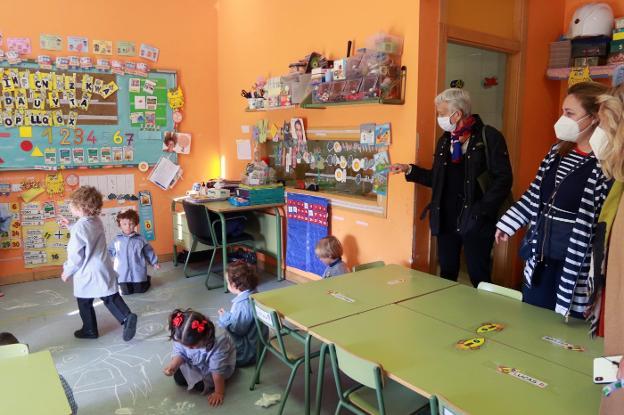 Carmen Suárez, Lydia Espina y Beatriz Suárez durante la visita al colegio La Fresneda, que nutrirá de alumnos al instituto de la zona, para que no tengan que trasladarse a otras localidades. / J. M. PARDO