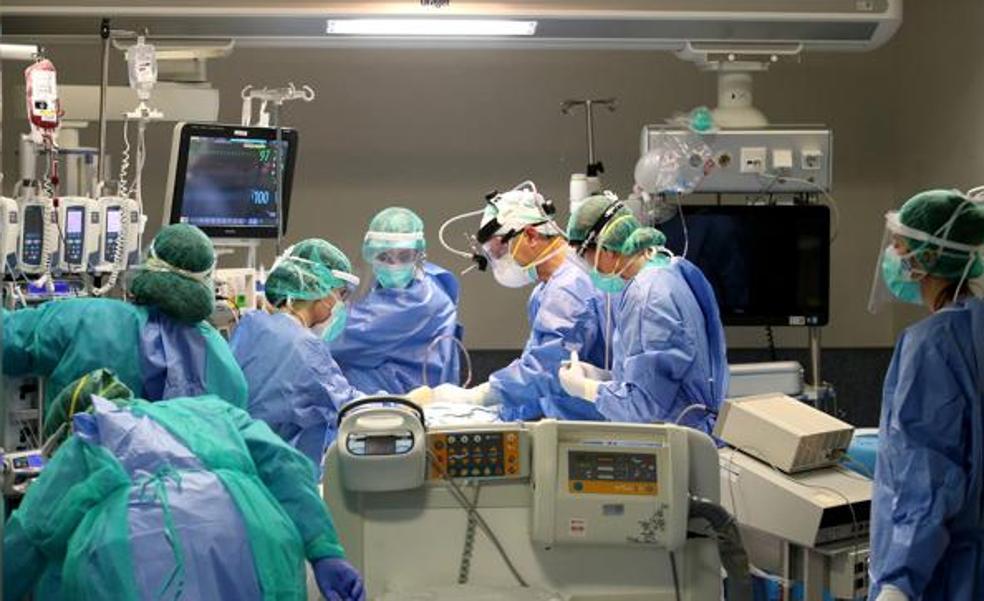 Salud alerta del incremento en las UCI de pacientes más jóvenes, sobre todo varones y con obesidad