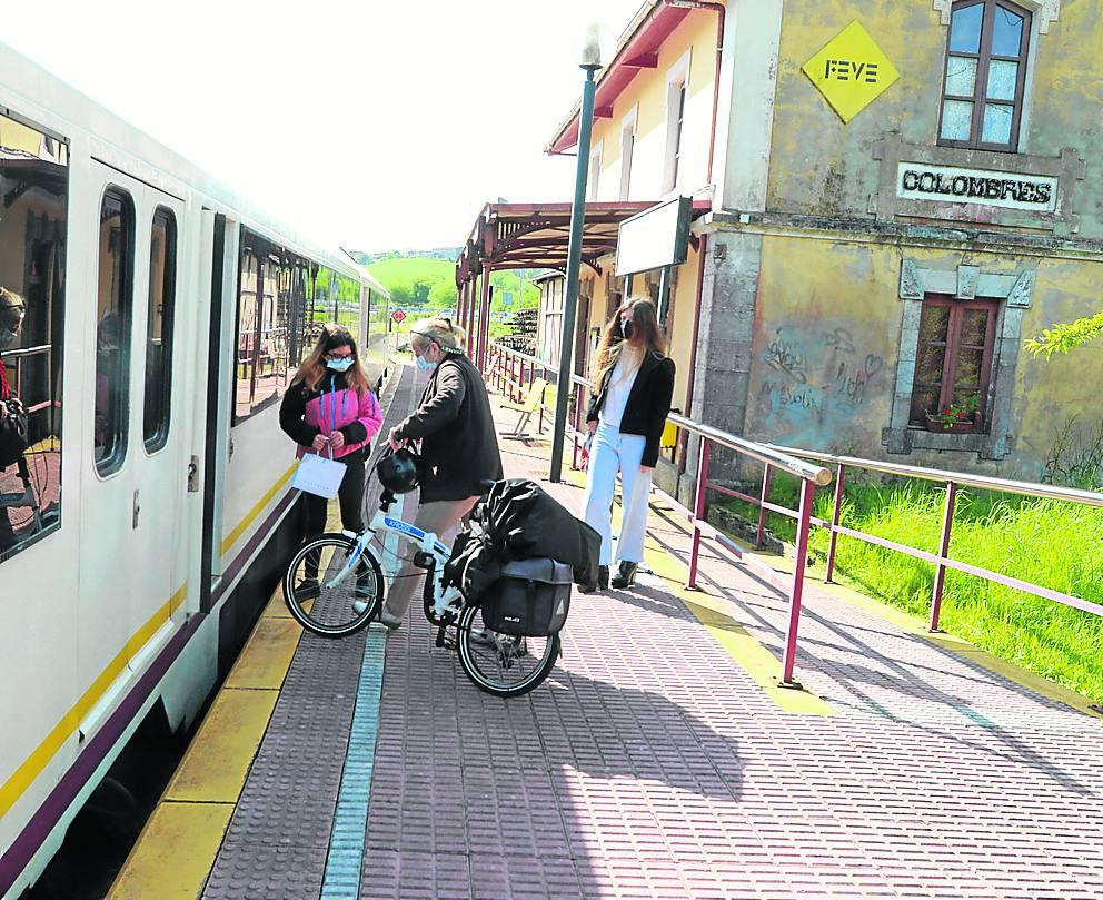 Colombres. Dos viajeras hicieron el recorrido desde Colombres hasta Gijón.