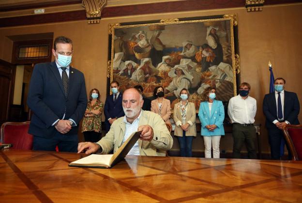José Andrés a los políticos asturianos: «La gente de los pueblos se siente abandonada por ustedes»