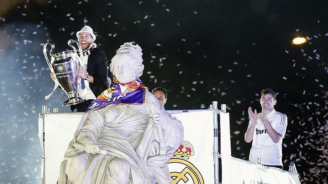Ramos cumple con la tradición de poner la bufanda madridista a la Cibeles
