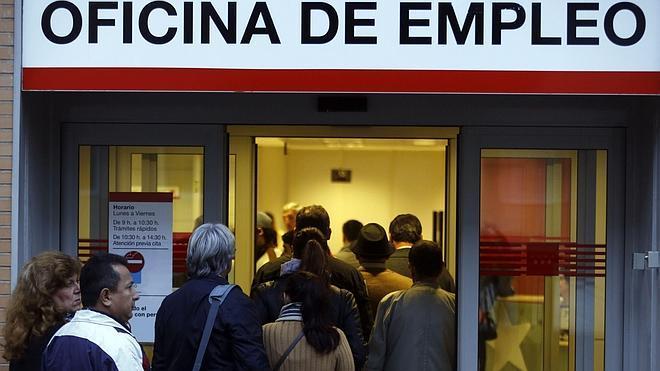 El paro baja en 477.900 personas en el 2014 y el empleo crece en 433.900
