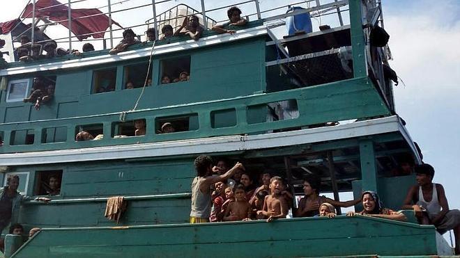 Tailandia remolca hacia Indonesia a un barco con un centenar de inmigrantes a bordo