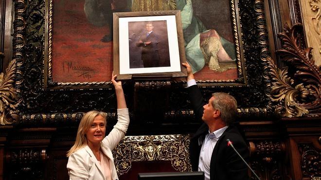 El PP cuelga una foto de Felipe VI donde estaba el busto de Juan Carlos I y BComú la retira