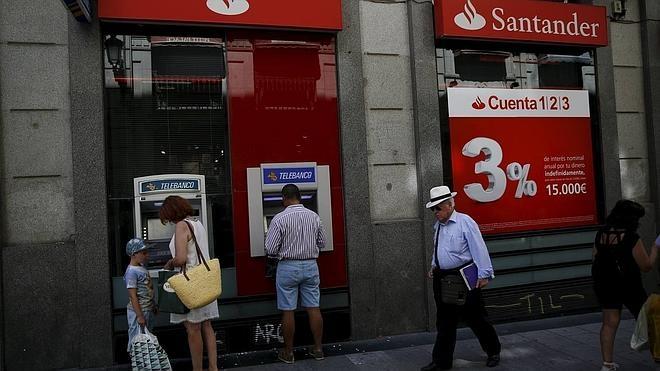 El Santander se suma a cobrar por el uso de sus cajeros a los que no sean sus clientes