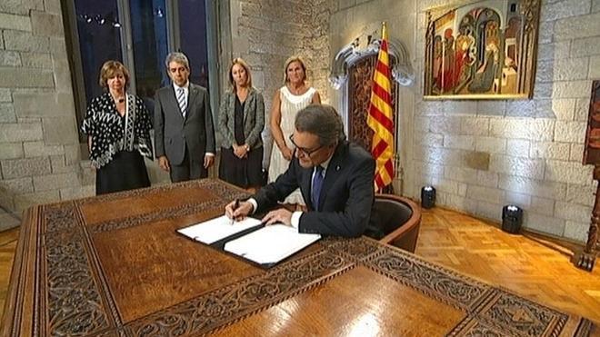 Mas firma el decreto de convocatoria del 27-S