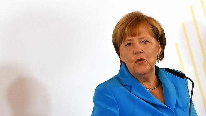 Merkel insta a resolver problema de los refugiados con solidaridad