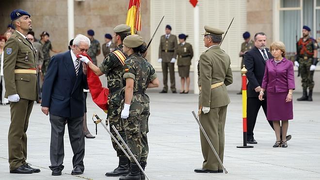 El Ejército invita a los trabajadores de RTVE a jurar bandera