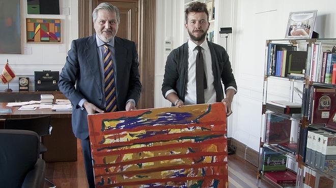 Méndez de Vigo cuelga en su despacho el cuadro que un joven artista le ofreció mediante un tuit