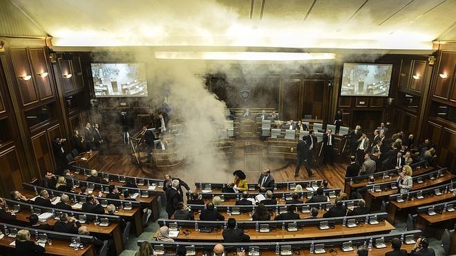 La oposición kosovar bloquea el Parlamento lanzando gas lacrimógeno