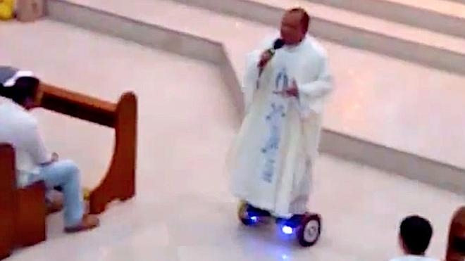 Un sacerdote es sancionado por oficiar misa en patinete eléctrico en Filipinas