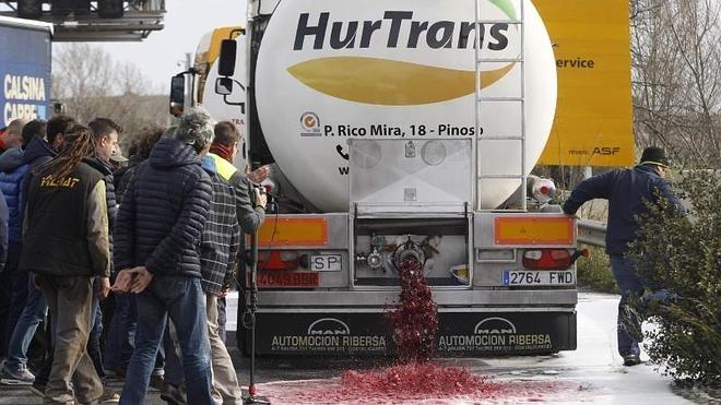 Exteriores convoca al embajador francés para protestar por los ataques a los camiones españoles