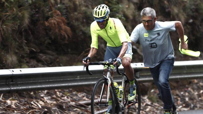 Contador: «Evité la caída al saltar por encima de la pierna de un ciclista»