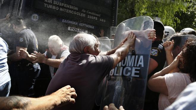 La Policía griega usa gases lacrimógenos contra los pensionistas