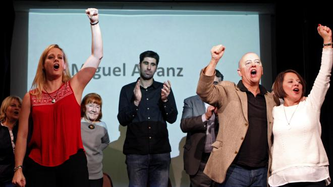 Seis diputados socialistas apoyan una plataforma contra la gestora «ilegal»