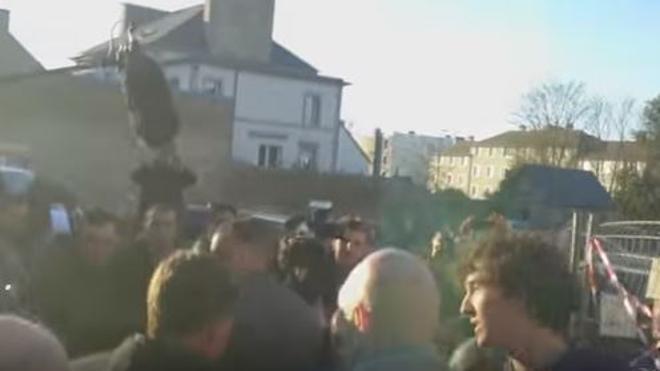 Manuel Valls, agredido durante una visita a la Bretaña