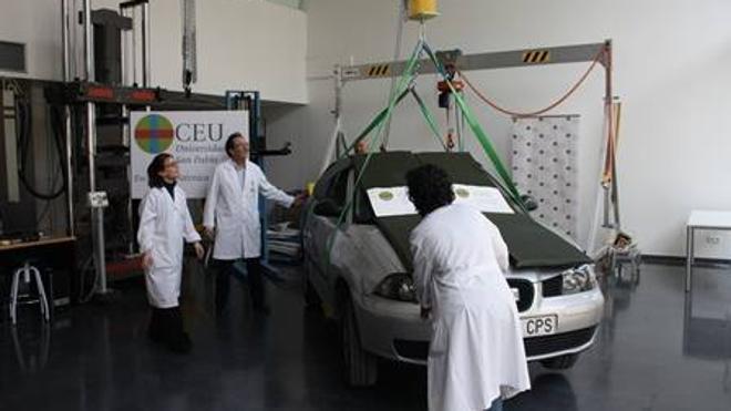 Levantan con 264 espaguetis un coche para así estudiar la resistencia de los materiales