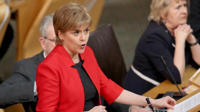 Sturgeon pide al Parlamento escocés apoyo para un segundo referéndum