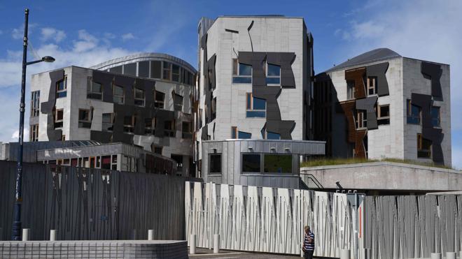 Los policías que protegen el Parlamento escocés irán armados con pistolas eléctricas