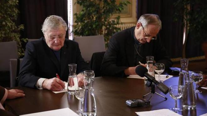 Dos sacerdotes se suman a la foto