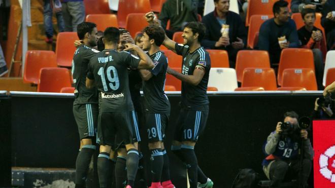 La Real se impone a un Valencia que reaccionó tarde