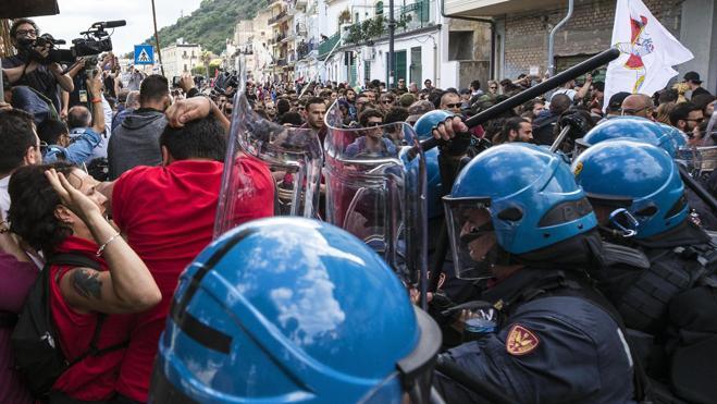 La policía carga y lanza gases lacrimógenos contra manifestantes en el G7