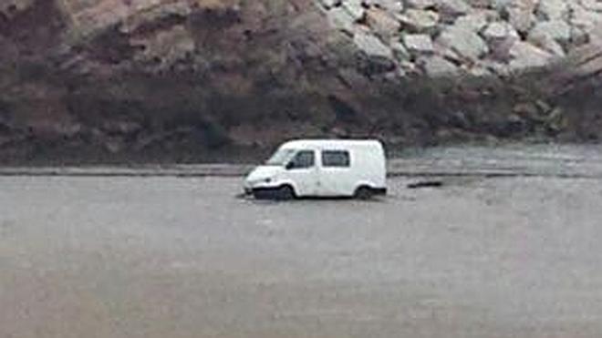 Se queda atascado con su furgoneta en la playa de Salinas al recoger chatarra