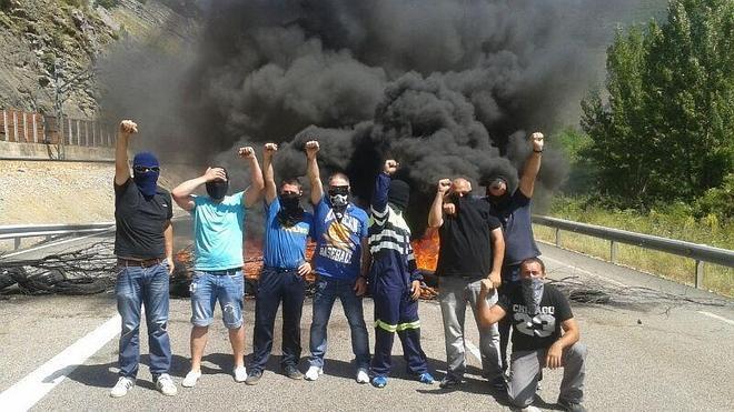 Un grupo de mineros corta la N-630 en León contra los despidos en subcontratas de HVL