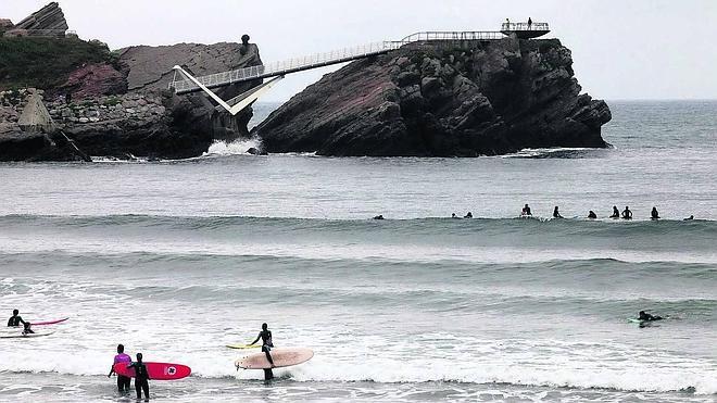 El Ayuntamiento de Castrillón emprende la vía judicial para clausurar una 'casona' de surf