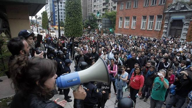 Caunedo se compromete a reubicar al colectivo de La Madreña