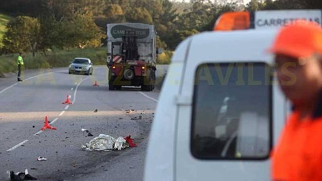 Fallece un motorista al empotrarse contra un camión en la carretera entre Cancienes y Tamón