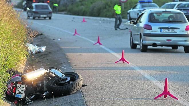 Fallece un guardia civil tras colisionar su moto con un camión en Montegrande