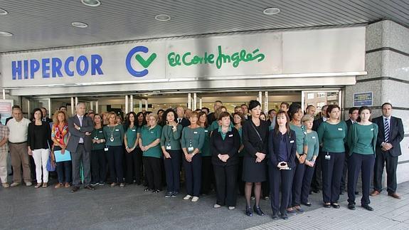 3e667fe5b68 Trabajadores de El Corte Inglés se concentran a las puertas del centro de  Gijón.