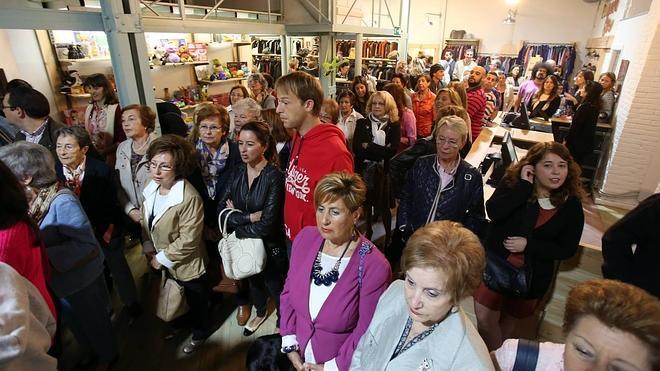 Cáritas y Koopera abren una tienda de ropa de segunda mano en la calle Uría de Oviedo