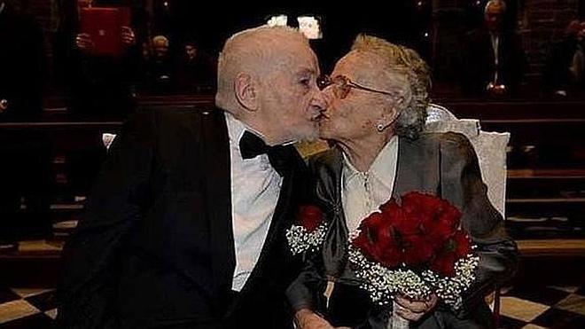Una pareja de ancianos se casa tras reencontrarse 70 años después en Facebook