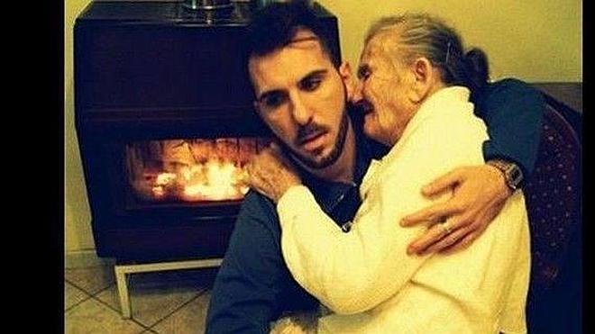 La ternura de un nieto con su abuela enferma de Alzheimer conmueve a las redes sociales
