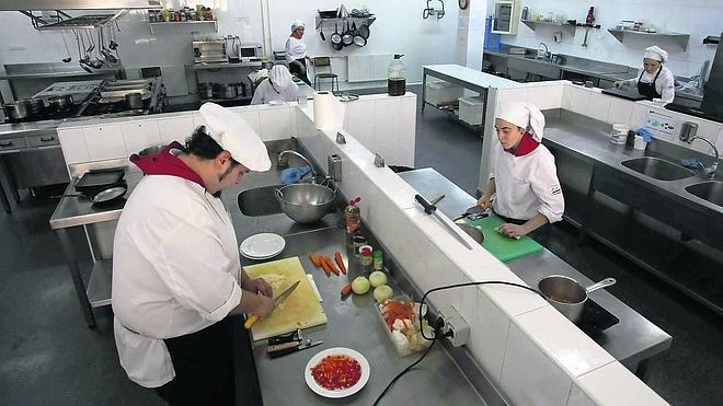 La Escuela de Hostelería de Aller calienta motores en la previa de la fiesta del nabo en Morcín