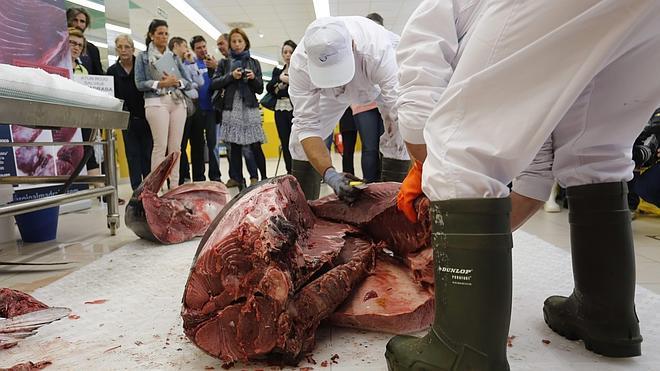 ¿Sabes cómo se corta un atún de 180 kilos?