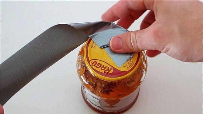 ¿No puedes abrir un frasco? Utiliza cinta aislante. No falla