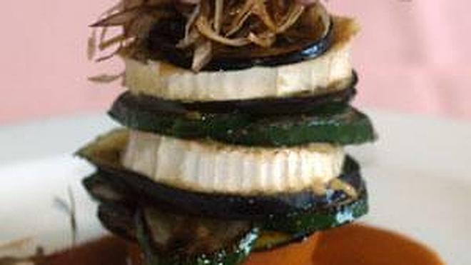 Milhojas de verdura con salsa huertana licorada y rodajas de queso de cabra