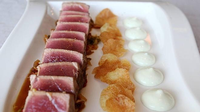 Tataki de atún rojo con mahonesa de wasabi y piperradaulo