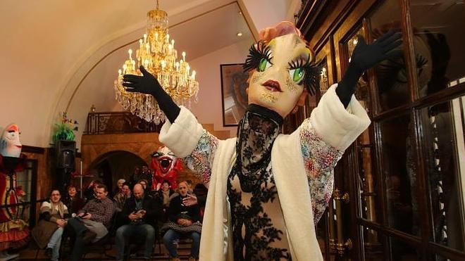 Homenaje a la sardina en el Antroxu de Gijón más verbenero