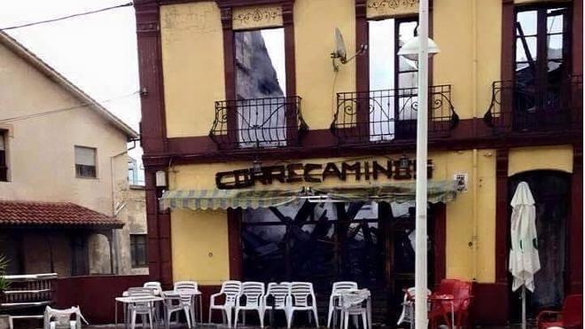 Carreño se vuelca con Laura, a la que el incendio de su bar en Perán «dejó sin nada»