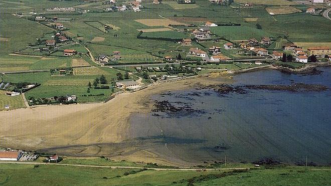 Los vecinos de Bañugues, satisfechos por el anuncio del proyecto ambiental de la playa