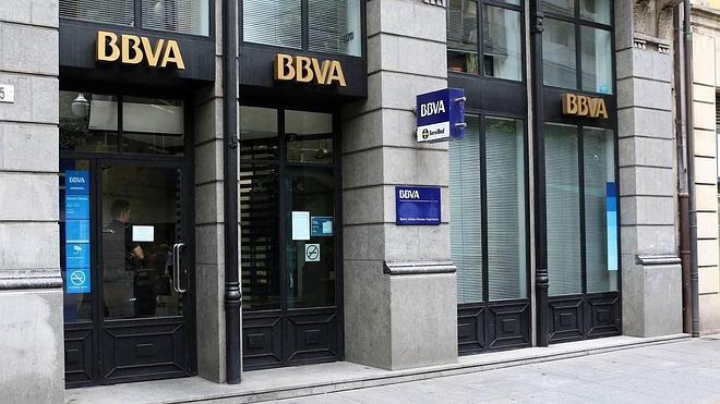Roban 40.000 euros al descuido en una oficina bancaria de la calle Corrida de Gijón