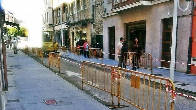 Duras críticas del vecindario de la calle Conde del Real Agrado de Luanco por las obras