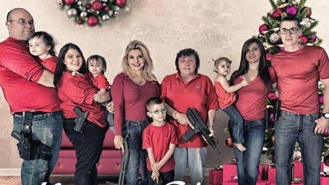 La polémica postal navideña de una congresista y su familia armada hasta los dientes