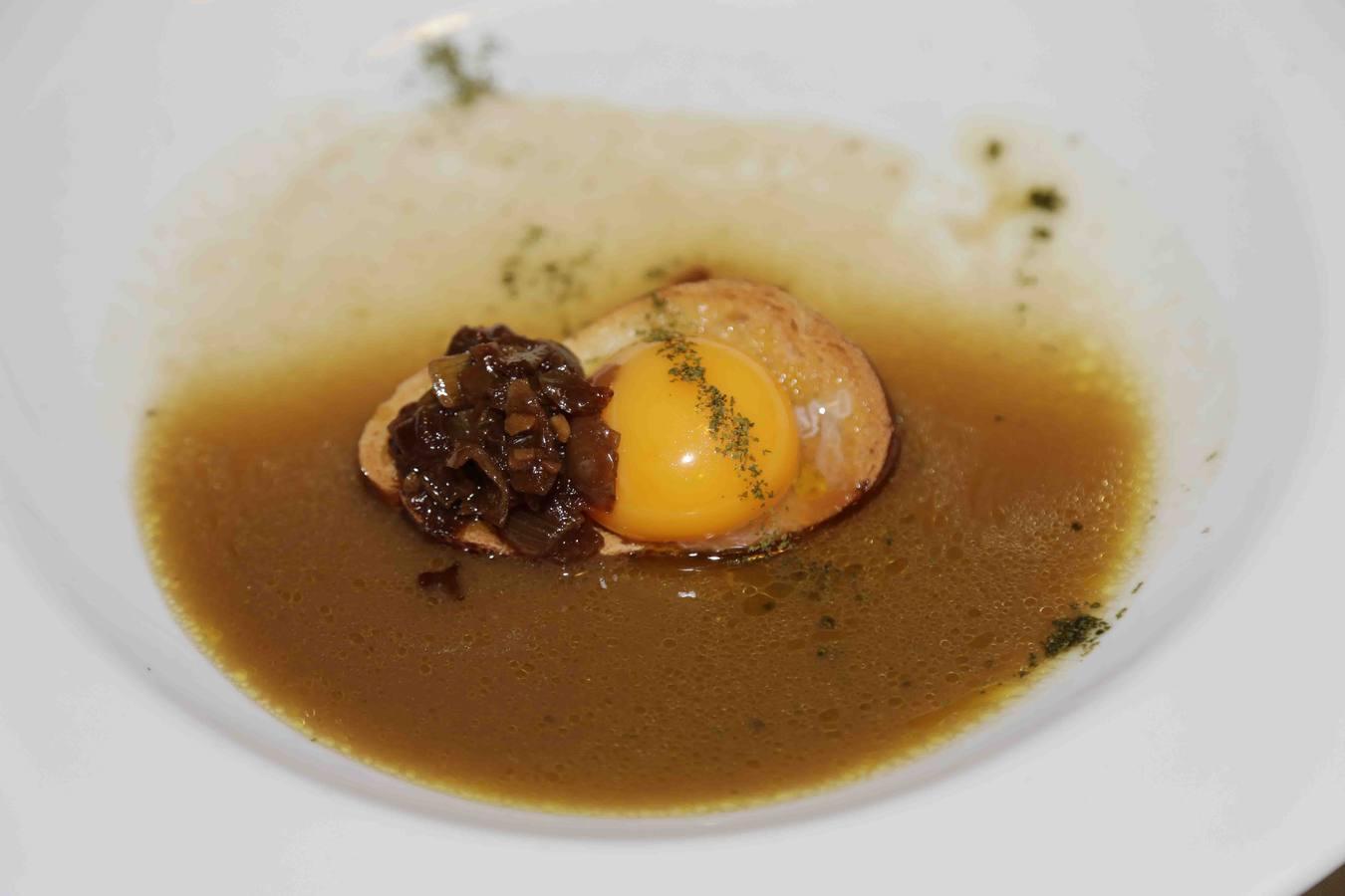 Sopa de cebolletas y pollo asado