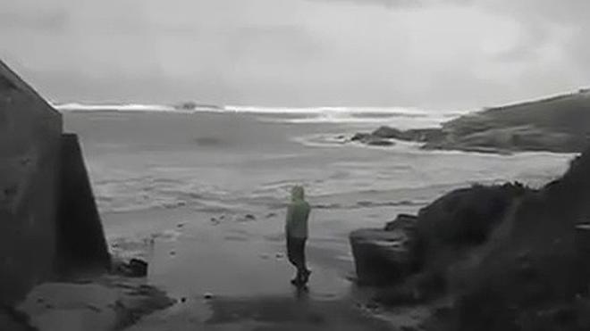 Las olas arrastran a una pareja de jubilados franceses en Finisterre